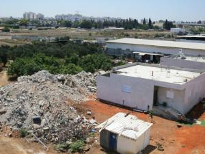 Dahmash Schutt abgerissener Häuser. Daneben die Häuser, die wieder aufgebaut wurden - im August wurden dieser Häuser erneut zerstört