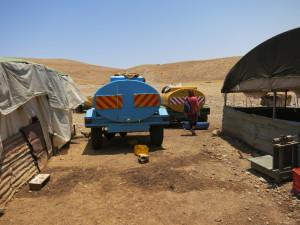Wassertank einer Beduinenfamilie (hier in der Westbank), deren Dorf nicht an die Wassderversorgung angeschlossen ist.