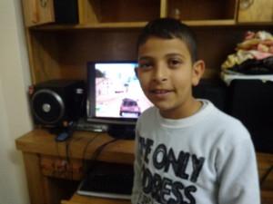 Dies ist ein Photo von Anas Shawamreh, dem Sohn von Salim und Arabiya Shawamreh, aufgenommen vor drei Jahren. Heute ist Anas 15 Jahre alt. Vor drei Wochen wurde er von der IDF angeschossen.